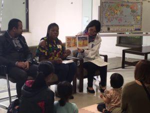 アフリカの研修生による絵本読み聞かせ